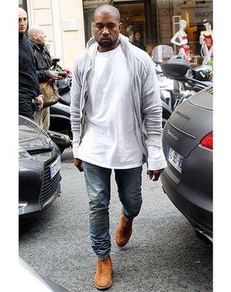 Как Kanye West носит Серый худи, Белая футболка с длинным рукавом, Синие джинсы, Табачные замшевые ботинки челси