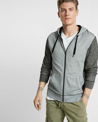 Как и с чем носить: серый худи, белая футболка с v-образным вырезом, оливковые брюки карго