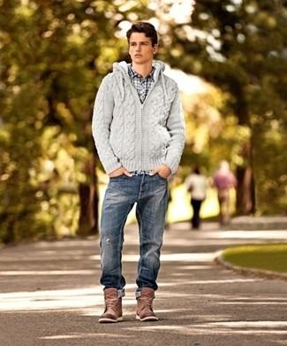 Как и с чем носить: серый вязаный худи, бело-темно-синяя рубашка с длинным рукавом в клетку, темно-синие рваные джинсы, коричневые кожаные повседневные ботинки