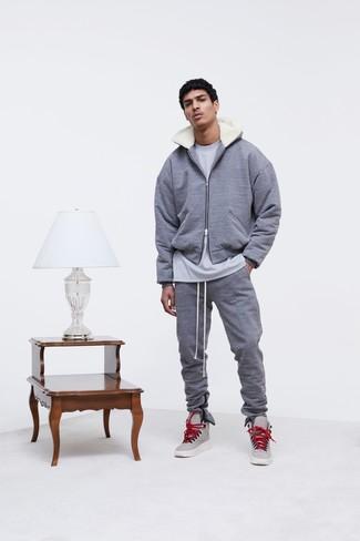 Модный лук: серый худи, серая футболка с круглым вырезом, серые спортивные штаны, серые кожаные высокие кеды