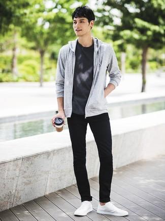 Как и с чем носить: серый худи, темно-серая футболка с круглым вырезом, черные зауженные джинсы, белые низкие кеды