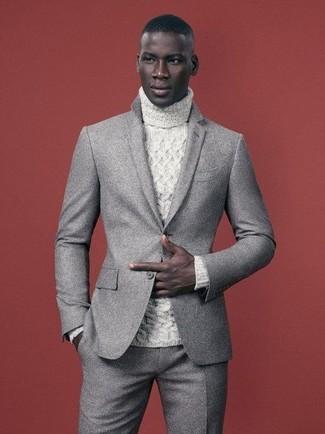 Как и с чем носить: серый шерстяной костюм, белая вязаная водолазка