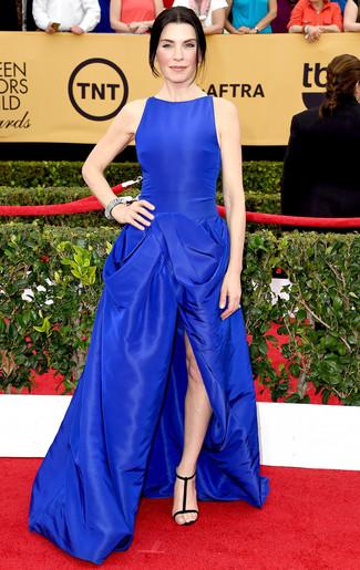 синее вечернее платье черные замшевые босоножки на каблуке серебряное колье large 7999
