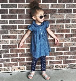 Как и с чем носить: синее джинсовое платье, темно-синие леггинсы в горошек, серебряные босоножки