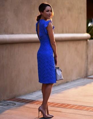 Как и с чем носить: синее кружевное облегающее платье, светло-коричневые кожаные туфли, серый кожаный клатч