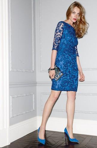91f62c73eba5 Как и с чем носить: синее кружевное облегающее платье, синие замшевые  туфли, синий