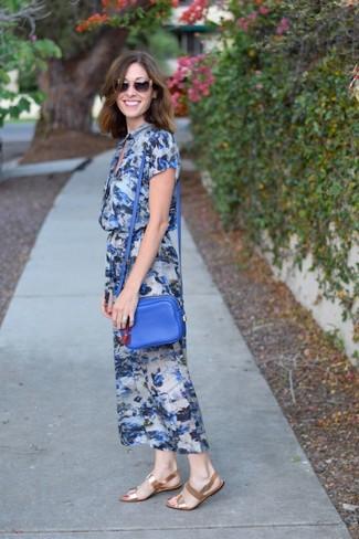Как и с чем носить: синее платье-миди с цветочным принтом, золотые кожаные сандалии на плоской подошве, синяя кожаная сумка через плечо, коричневые солнцезащитные очки