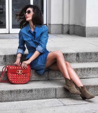 Как и с чем носить: синее джинсовое платье-рубашка, оливковые замшевые ботильоны, красная замшевая сумка через плечо, черно-золотые солнцезащитные очки
