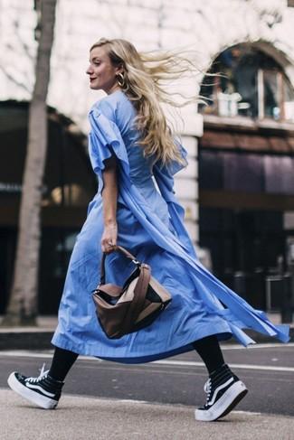 С чем носить черные колготки: Синее платье-рубашка и черные колготки — превосходное решение для дамского пола, которые постоянно в движении. Черно-белые высокие кеды из плотной ткани выигрышно дополнят этот лук.