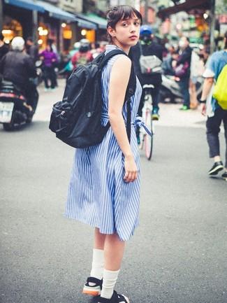 Как и с чем носить: синее платье-рубашка в вертикальную полоску, черные сандалии на плоской подошве из плотной ткани, черный рюкзак, белые носки