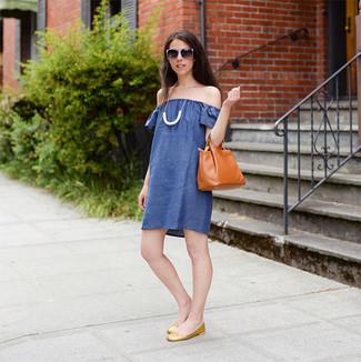 Как и с чем носить: синее платье с открытыми плечами, золотые кожаные балетки, табачная кожаная большая сумка, белое колье