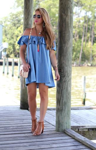 Как и с чем носить: синее платье с открытыми плечами, коричневые кожаные босоножки на каблуке, бежевая кожаная сумка через плечо, оранжевая подвеска