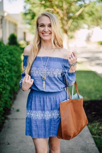 Синее платье с открытыми плечами с принтом — отличный выбор для насыщенного выходного дня.