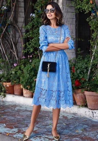Как и с чем носить: синее кружевное платье с плиссированной юбкой, золотые кожаные балетки, черная замшевая сумка через плечо, черные солнцезащитные очки