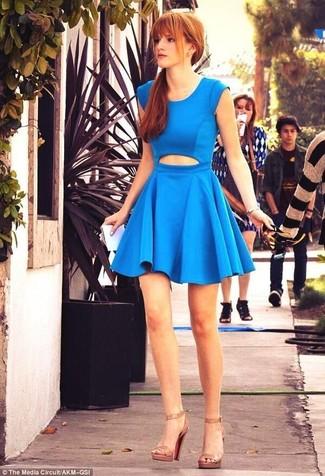 синее платье с плиссированной юбкой с вырезом светло коричневые кожаные босоножки на каблуке large 6132