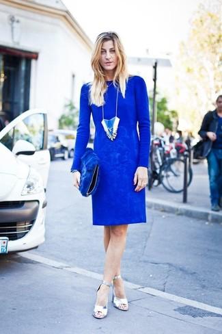 59d6fc4f3eb6 Как и с чем носить: синее платье-футляр, серебряные кожаные босоножки на  каблуке