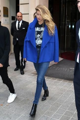 Как и с чем носить: синее полупальто, черно-белая футболка с круглым вырезом с принтом, темно-синие джинсы скинни, черные кожаные ботильоны