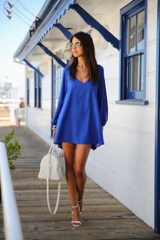 Как и с чем носить: синее свободное платье, белые кожаные босоножки на каблуке, белая кожаная спортивная сумка, желтые солнцезащитные очки