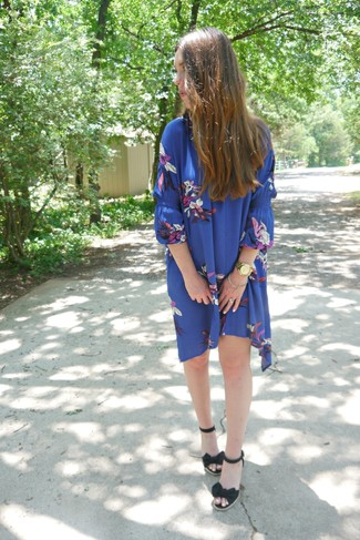 Как и с чем носить: синее свободное платье с цветочным принтом, черные босоножки на танкетке из плотной ткани, золотые часы