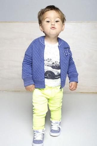 Как и с чем носить: синий бомбер, белая футболка, желтые джинсы, голубые кеды
