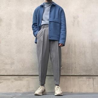 Как и с чем носить: синий шерстяной бомбер, серая водолазка, серые шерстяные классические брюки, бежевые кроссовки