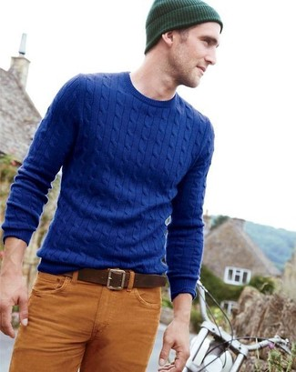 Как и с чем носить: синий вязаный свитер, табачные джинсы, темно-зеленая шапка, коричневый кожаный ремень