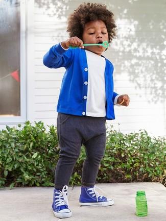 Как и с чем носить: синий кардиган, белая футболка, темно-синие джинсы, синие кеды