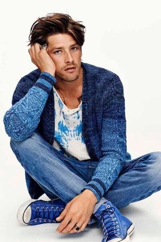 Как и с чем носить: синий вязаный кардиган, бело-синяя футболка с круглым вырезом с принтом, синие джинсы, синие высокие кеды