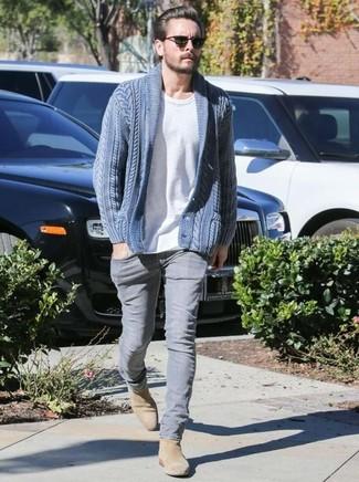 Как и с чем носить: синий кардиган с отложным воротником, белая футболка с круглым вырезом, серые джинсы, светло-коричневые замшевые ботинки челси