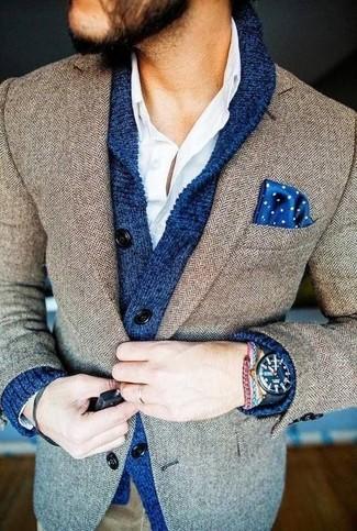 """Модный лук: синий кардиган с отложным воротником, коричневый пиджак с узором """"в ёлочку"""", белая рубашка с длинным рукавом, синий нагрудный платок в горошек"""