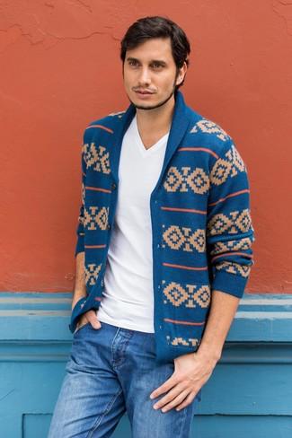 Как и с чем носить: синий кардиган с отложным воротником с жаккардовым узором, белая футболка с v-образным вырезом, синие джинсы