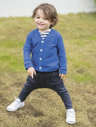 Как и с чем носить: синий кардиган, темно-сине-белая футболка в горизонтальную полоску, темно-синие джинсы, белые кеды