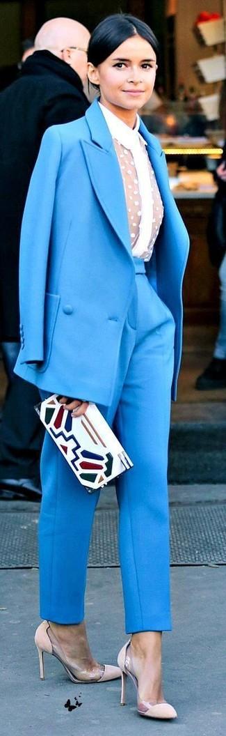 Как Miroslava Duma носит Синий костюм, Белая кружевная классическая рубашка, Бежевые замшевые туфли, Белый кожаный клатч с принтом