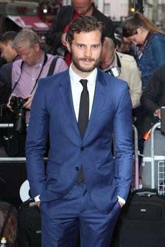 Как Jamie Dornan носит Синий костюм, Белая классическая рубашка, Черный галстук