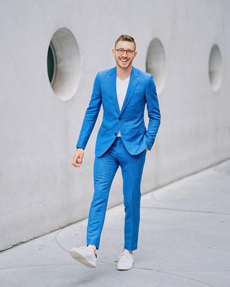 Как и с чем носить: синий костюм, белая футболка с v-образным вырезом, белые кожаные низкие кеды
