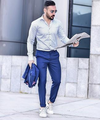 Как и с чем носить: синий костюм, бело-синяя рубашка с длинным рукавом с принтом, белые кожаные низкие кеды, синие солнцезащитные очки