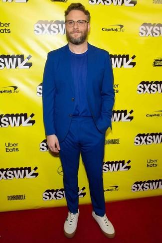 Как и с чем носить: синий костюм, синяя футболка с круглым вырезом, белые кожаные низкие кеды