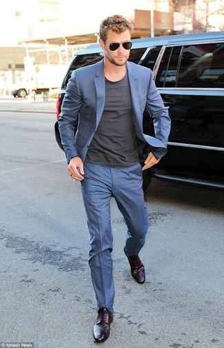 синий костюм темно серая футболка с круглым вырезом темно пурпурные туфли дерби черные солнцезащитные очки large 12329
