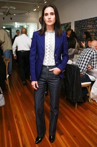 синий пиджак серый свитер с круглым вырезом темно серые джинсы черные ботильоны large 5114
