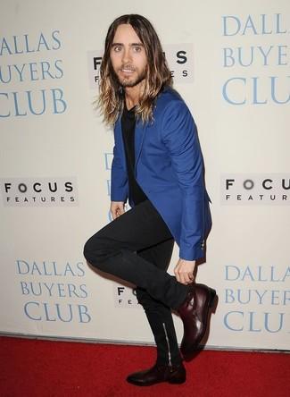 Как и с чем носить: синий пиджак, черная футболка с круглым вырезом, черные джинсы, темно-красные кожаные ботинки челси