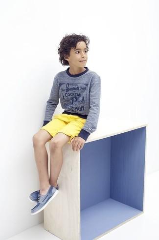 Как и с чем носить: синий свитер, желтые шорты, синие топсайдеры