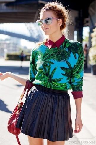 Как и с чем носить: синий свитер с круглым вырезом с принтом, темно-красная классическая рубашка, черная кожаная короткая юбка-солнце, красная кожаная большая сумка