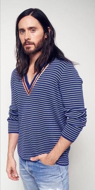 Как и с чем носить: синий свитер с v-образным вырезом в горизонтальную полоску, голубые рваные джинсы