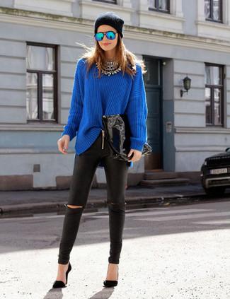 Такое лаконичное и комфортное сочетание вещей, как синий свободный свитер и черные кожаные леггинсы, понравится девушкам, которые любят проводить дни в постоянном движении. Боишься выглядеть слишком небрежно? Закончи этот образ черными туфлями.