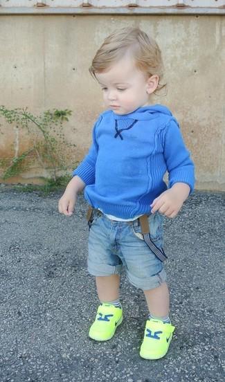 Как и с чем носить: синий худи, голубые джинсовые шорты, зелено-желтые кеды