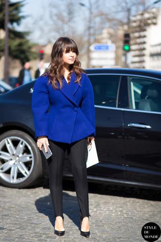 Как Miroslava Duma носит Синий шерстяной пиджак, Черные классические брюки, Черные кожаные туфли
