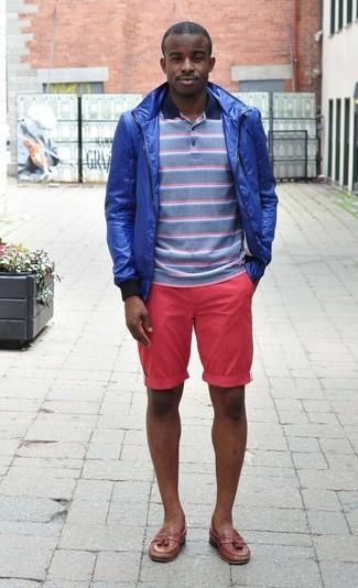 Темно-сине-белая футболка-поло в горизонтальную полоску: с чем носить и как сочетать мужчине: Составив лук из темно-сине-белой футболки-поло в горизонтальную полоску и ярко-розовых шорт, можно смело отправляться на свидание с девушкой или встречу с коллегами в непринужденной обстановке. Опасаешься выглядеть неаккуратно? Закончи этот ансамбль коричневыми кожаными лоферами с кисточками.