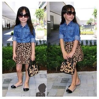 Как и с чем носить: синяя джинсовая классическая рубашка, коричневая юбка с леопардовым принтом, черные балетки