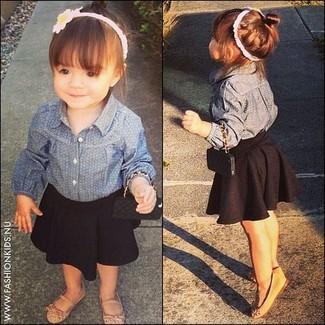 Как и с чем носить: синяя джинсовая классическая рубашка, черная юбка, светло-коричневые балетки