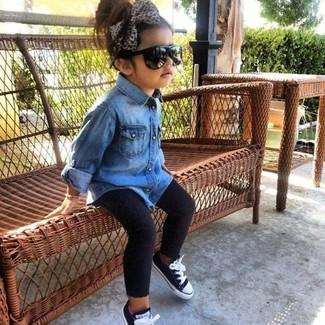 Как и с чем носить: синяя джинсовая классическая рубашка, черные леггинсы, черные кеды